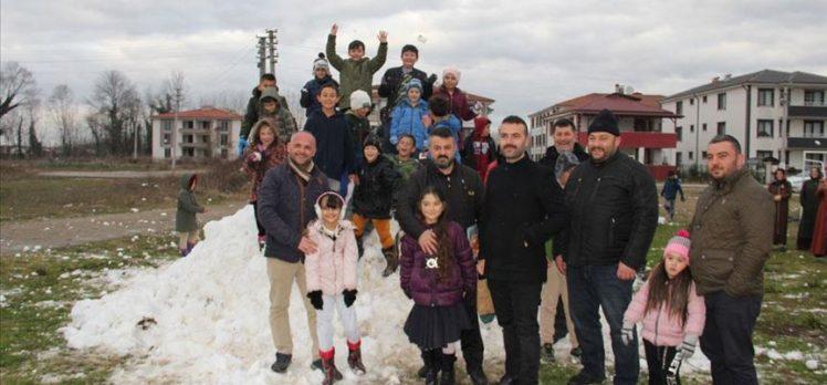 Karne alan öğrenciler, muhtarın yayladan taşıttığı karla çifte sevinç yaşadı