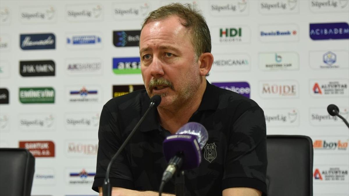 Beşiktaş Teknik Direktörü Yalçın: Üçüncülük mücadelesi veriyoruz ama önümüzdeki maçlar zor