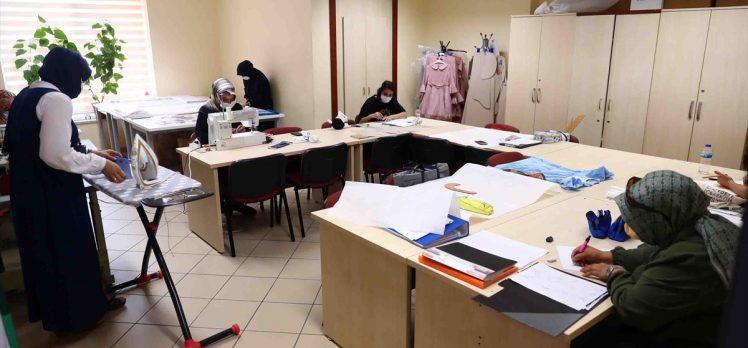Bağcılar'da kadın kursiyerler maske üretiyor
