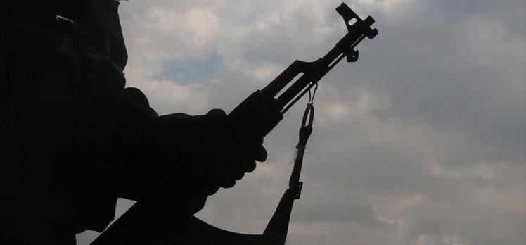 İkna çalışmalarıyla bir terörist daha güvenlik güçlerine teslim oldu