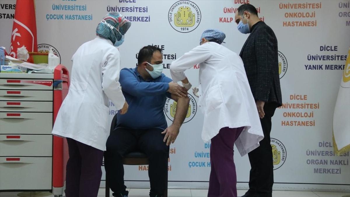 Çin menşeli Kovid-19 aşısı Diyarbakır'da gönüllülere uygulanıyor