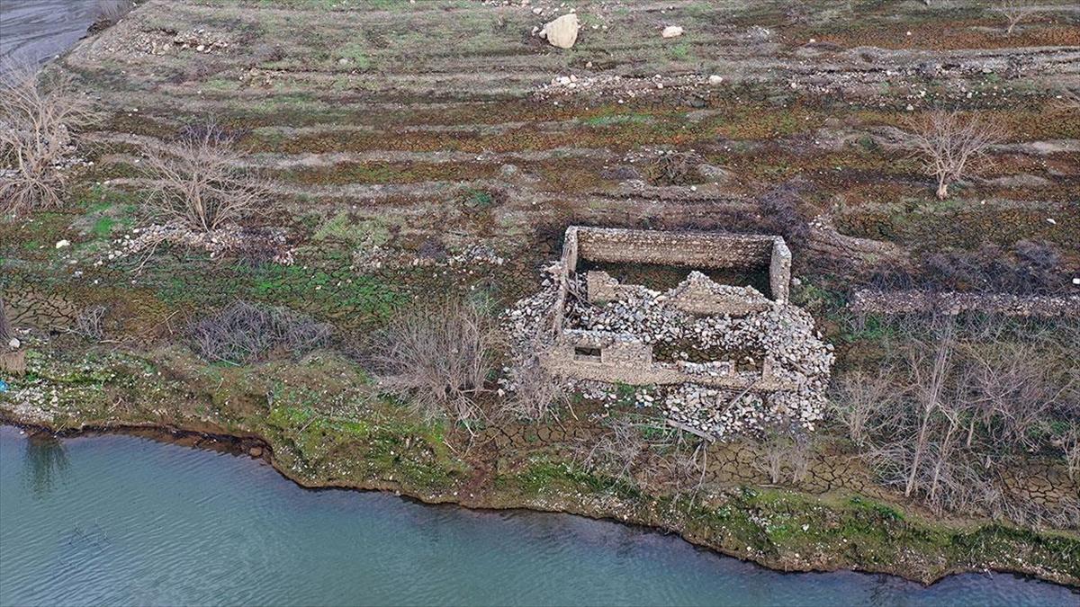 Aydın'da baraj suyu çekilince eski mahallenin kalıntıları ortaya çıktı