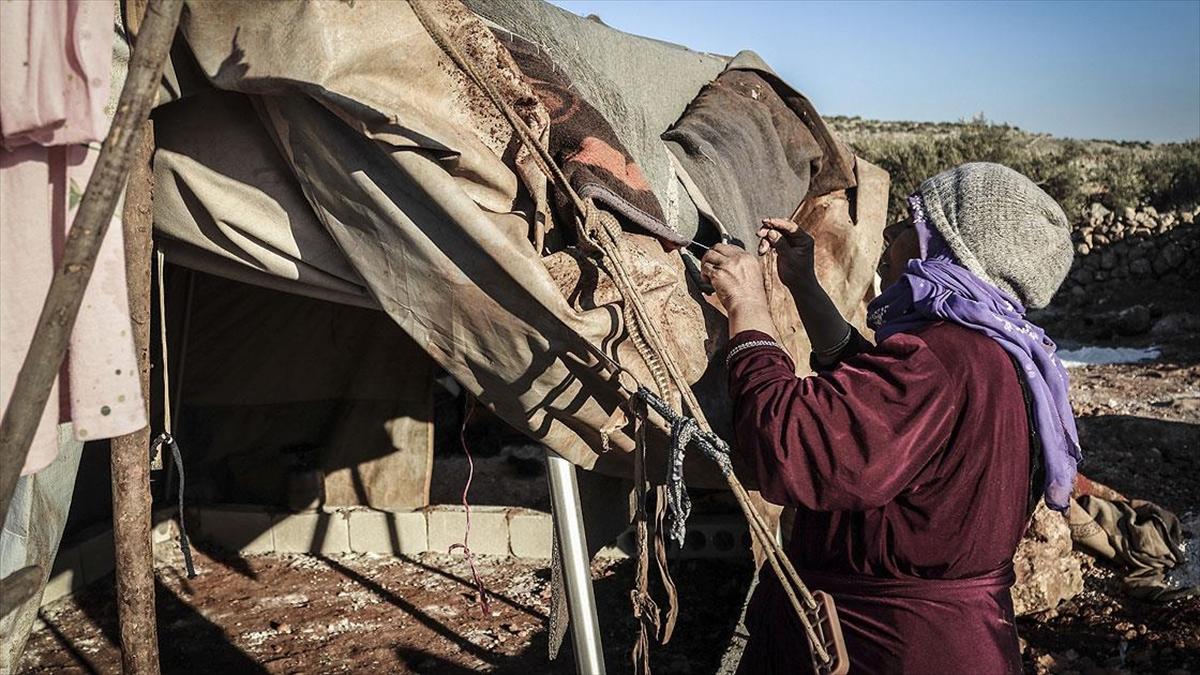 İdlibli aileler çürüyen çadırlarını yamayarak yağmur ve soğuktan korunmaya çalışıyor