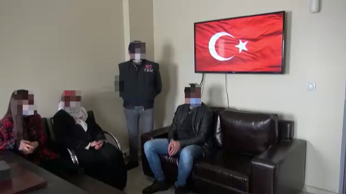 Van'da polisin ikna çalışmaları sonucu kadın terörist teslim oldu