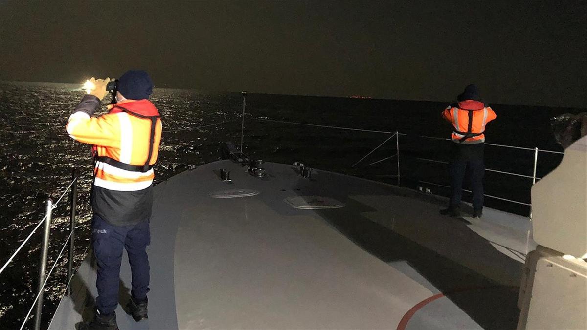 Gökçeada açıklarında teknenin batması sonucu kaybolan 2 kişiyi arama çalışmaları sürüyor