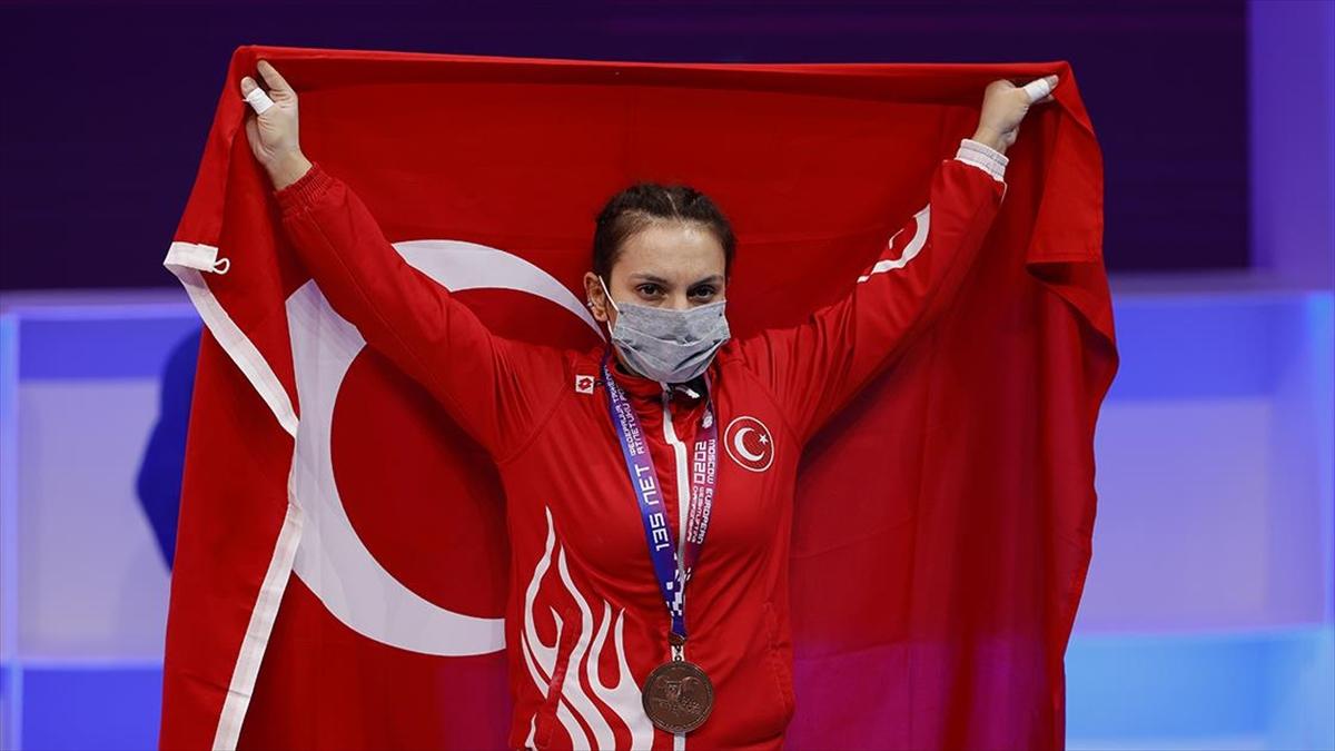 Milli halterci Şaziye Erdoğan'dan bronz madalya