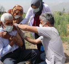 Hastaneye gitme fırsatı bulamayan Erzincanlı çiftçi aile çapa yaptıkları tarlada aşılandı