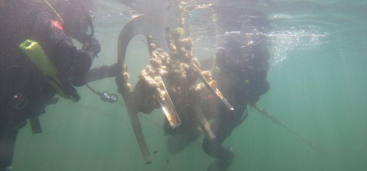 İzmir'de Jandarma SAK Timi denizde atık topladı