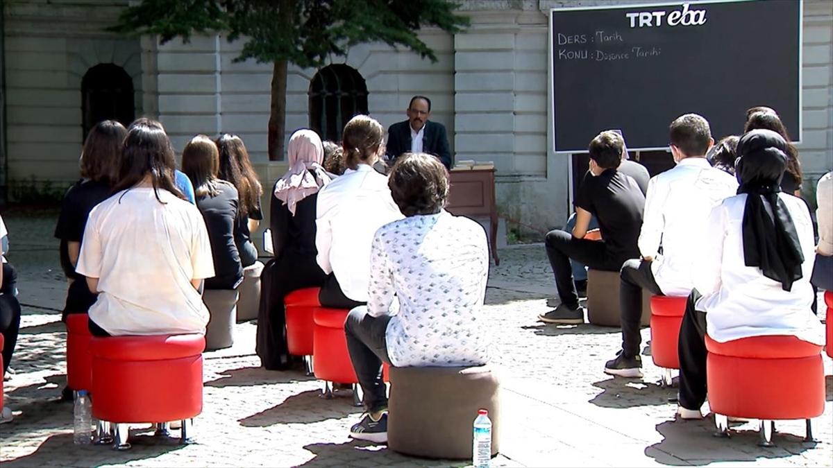 Gençlere rol model olan isimler TRT EBA'da lise öğrencileriyle deneyimlerini paylaşacak
