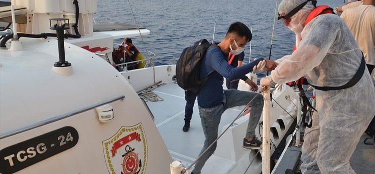 İzmir açıklarında yelkenli teknede 100 sığınmacı yakalandı