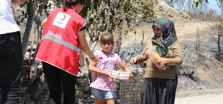 Türk Kızılay'ın yaklaşık 10 bin 500 gönüllüsü yangın mağdurlarına desteğin ön saflarında