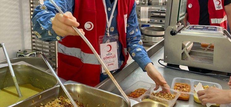 Türk Kızılay, Marmaris yangınında 150 gönüllüsüyle 25 bin sıcak yemek dağıttı