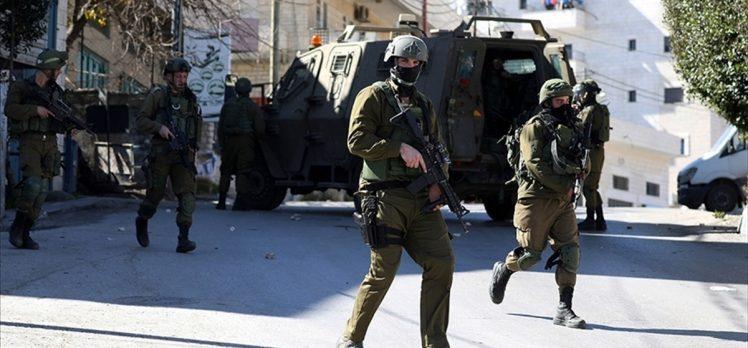 İsrail askerleri Batı Şeria'da 5'i çocuk 11 Filistinliyi gözaltına aldı